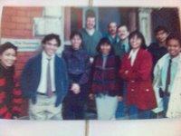 Saya bediri kedua dari kiri di depan sekolah kami, Thomson Foundation di Cardiff. Rambut saya sudah panjang