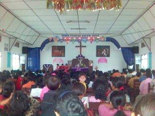 Ibadah Minggu di GKPS Sarimatondang, saya foto dari pintu masuk.