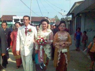 Iring-iringan pengantin menuju ke gereja. Awas, ada e'e kebo lho…