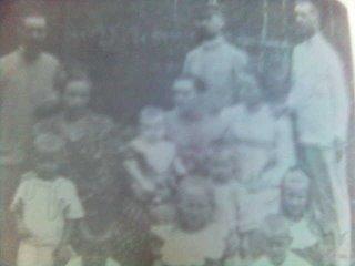 Agus Theis dan nyonya dalam sebuah pertemuan santai dengan sesama misionaris. Mungkin di Pematang Raya. Sumber foto: Buku Riwayat Hidup Pandita August Theis, 1987, Kolportase GKPS, A. Munthe