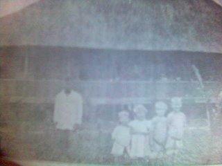 ANak-anak Theis dengan latarbelakang rumah mereka di Pematang Raya. Sumber: Riwayat Hidup Pandita August Theis, 1987, Kolportase GKPS, A. Munthe