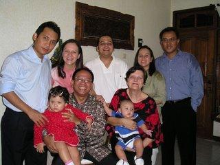 Dr. Sarmedi Purba dan keluarga, foto ini saya ambil dari blognya