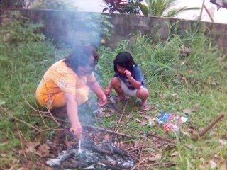 Marty dan ibunya membakar singkong di halaman kosong di samping rumah