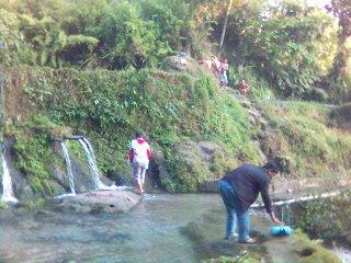 Aek Simatahuting, sungai tempat mandi semasa SD dulu. Tulang Godang dan Tulang Etek bersiap mandi, di kejauhan, ada orang telanjang yang sudah hampir tuntas mandinya