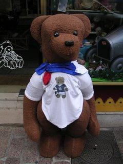 Grand ours en peluche, supporter de l'Équipe de France de footbal. Rue Bertrand, Châteauroux