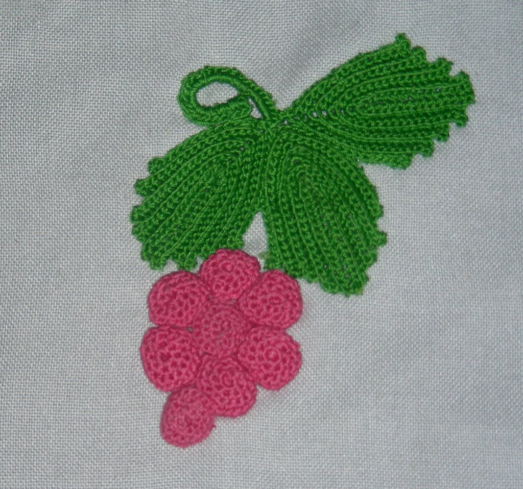 Tatting \'N Crochet: Grapes and Leaves in Irish Crochet\