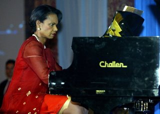 elle joue du piano assise