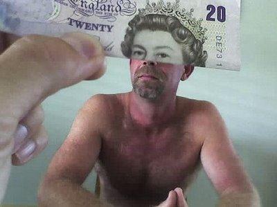 La Reine d'Angleterre est un travelo, le bas