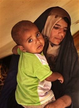 woman with her baby at Diwaniyah refugee camp