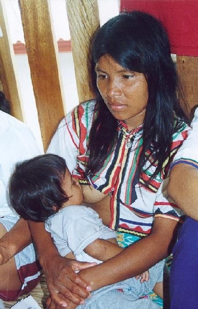 Mujer amamanta a su hija de 8 años - Videos On-line -