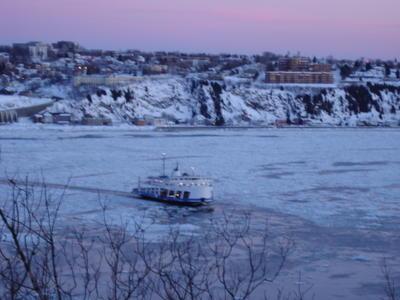 Ferry sur le Saint Laurent (Ville de Québec, Canada)