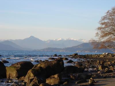 La baie de Vancouver vue depuis les plages de l'université de Colombie Britannique (Vancouver, Colombie Britannique, Canada)