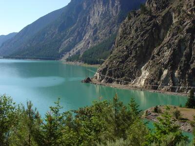 La voie ferrée le long du lac (Montagnes rocheuses canadiennes en Colombie Britannique - Alberta)
