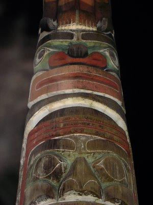 Totem pris de nuit (Vancouver, Colombie Britannique, Canada)