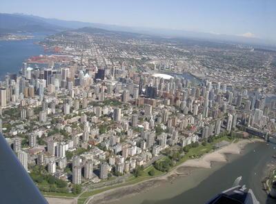 Vue aérienne du centre ville de Vancouver avec le Mont Baker (USA) en arrière plan (Vancouver, Colombie Britannique, Canada)