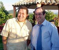 Una muestra de felicidad bélica de Hugo Chávez y el Ministro español José Bono
