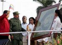 El viejo dictador contemplando el regalo de su discípulo Evo Morales