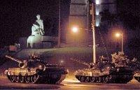 Tanques en la Plaza Cívica (renombrada por la dictadura como Plaza de la Revolución)