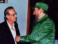Castro saludando a Menoyo un «opositor moderado»