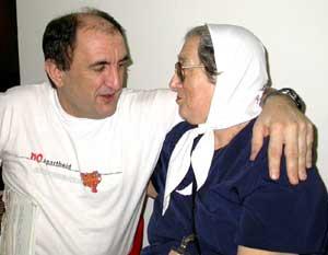 El etarra Lariz Iriondo abrazando a la terrorista camuflada Bonafini