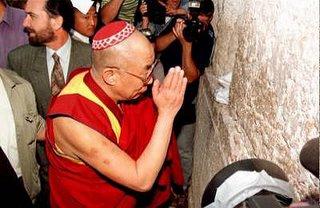 El lider tibetano visita el Muro de las Lamentaciones