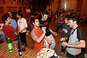 Los jóvenes acuden al botellón ante el prohibitivo precio de la bebida en los locales