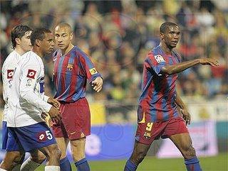 Eto'o junto a otros dos jugadores de color, Larsson y Álvaro
