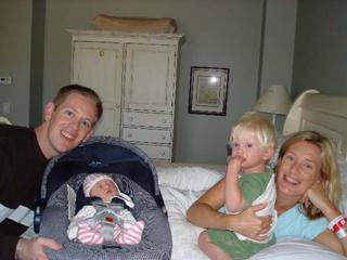 Nathan met baby Bella en Nonie met Noach, 24 uur na de bevalling
