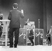 Meirelles regendo orquestra em programa de TV