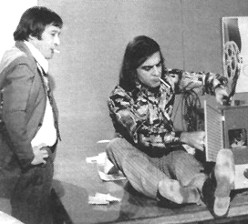 Paulo Goulart (Tomás) e Armando Bógus (Pardal) em cena da novela 'A Próxima Atração' (1970)