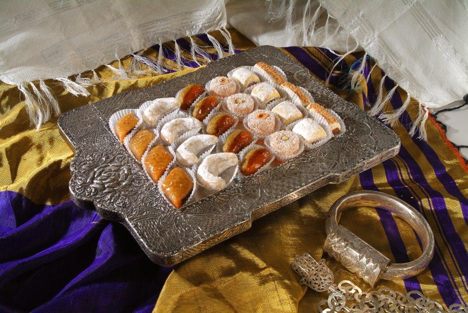 Les sociétés étrangères souhaitent désormais recruter des étudiants  Tunisiens car ils apportent des pâtisseries traditionnelles délicieuses!!  ,)