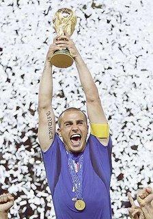 Cannavaro solleva la coppa del mondiale di calcio 2006