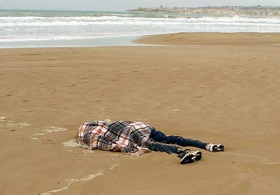 Corpo de imigrante ilegal numa praia da Sicília