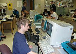 Aquí como se usan las computadoras en la clase de arte.