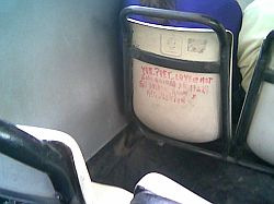 Se usan los asientos de los micros para dejar direcciones de e-mails y buscar nuevos contactos