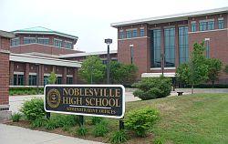 Una de las entradas principales de la secundaria de Noblesville, Indiana