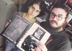 Gerciana Espíndola e Fábio Soares com os livros de poesias traduzidos para a Spectro Editora