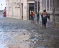 La calle inundada mientras los vecinos regresan a sus hogares