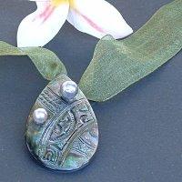 Nacre gravée avec deux belles perles de Tahiti