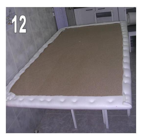 ahora tenemos que hacer algo similar con la tela de tapizar primero la presentamos y la cortamos a medida 13 a continuacin comenzamos a graparla 14