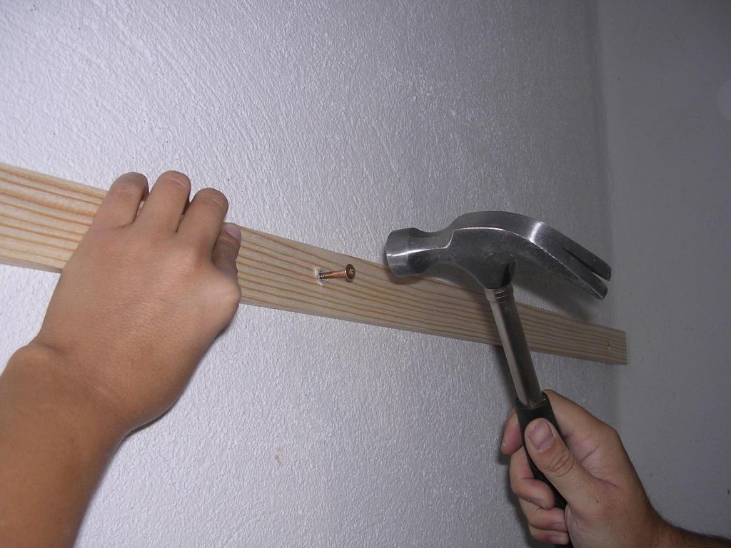 Bricologia colocar friso de madera en paredes y techos for Madera para revestir paredes