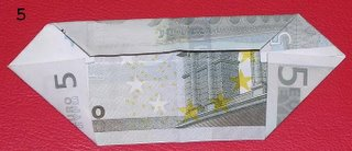 Ramo de flores hechas con billetes.