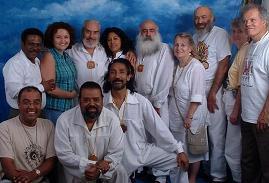 Abajo de derecha a izquierda : Swami ATMO, Sat Chellah Julio Martinez, en New York en una visita realizada por el Maestro Dias Porta, con un grupo de Sat Chellahs