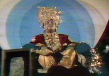 Guru Maharaj Ji en su atuendo como El Señor del Universo, mismo que despues ha dejado de usar por las polemicas levantadas en su contra.
