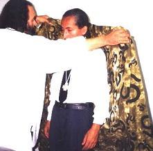 Guru Fernando Malaga de Lima, Peru, recibiendo su Manto de Muskil Gusha de manos del Zahir Sheikh GG::