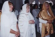 De izquierda a derecha : Mata Ji Dorita de Guevara (mi Madre) con otras dos Mata Ji de la Orden