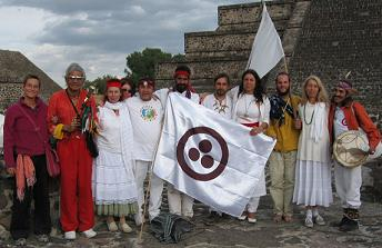 En el extremo la Iniciada Tashi (Helga) quien nos remite la foto y el Iniciado Ian Xavier con las banderas de la paz y Semilla Resonante Amarillo