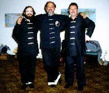 De izquierda a derecha : Entonces Instructor de Yoga y estudiante del Tao del Tai Chi Dr. GG::, Sifu Al Khan y un compañero de practicas del Tao Tai Chi