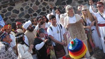 El H. Guru Dr. Jose Arguelles en la Ceremonia del Cierre de Ciclo del Quinto Sol e inicio del Sexto Sol en Teotihuacan en Dic. 2005