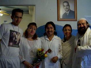 derecha a izquierda : Al Zahir Sheik GG::, Mata Ji Fatima GG::, Al Zahir Sat Arhat Amaro, esposa e hijo